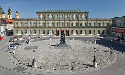Picture: Façade on Max-Joseph-Platz
